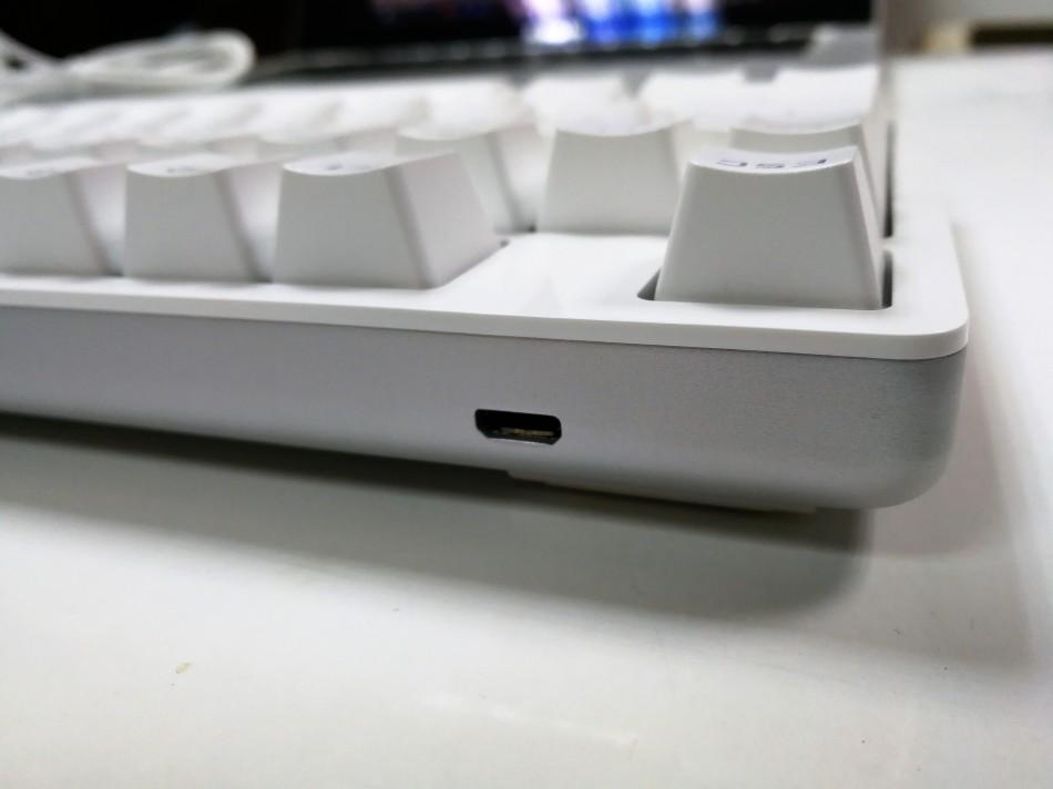 Xiaomi Yuemi Mechanical Keyboard Micro USB close up