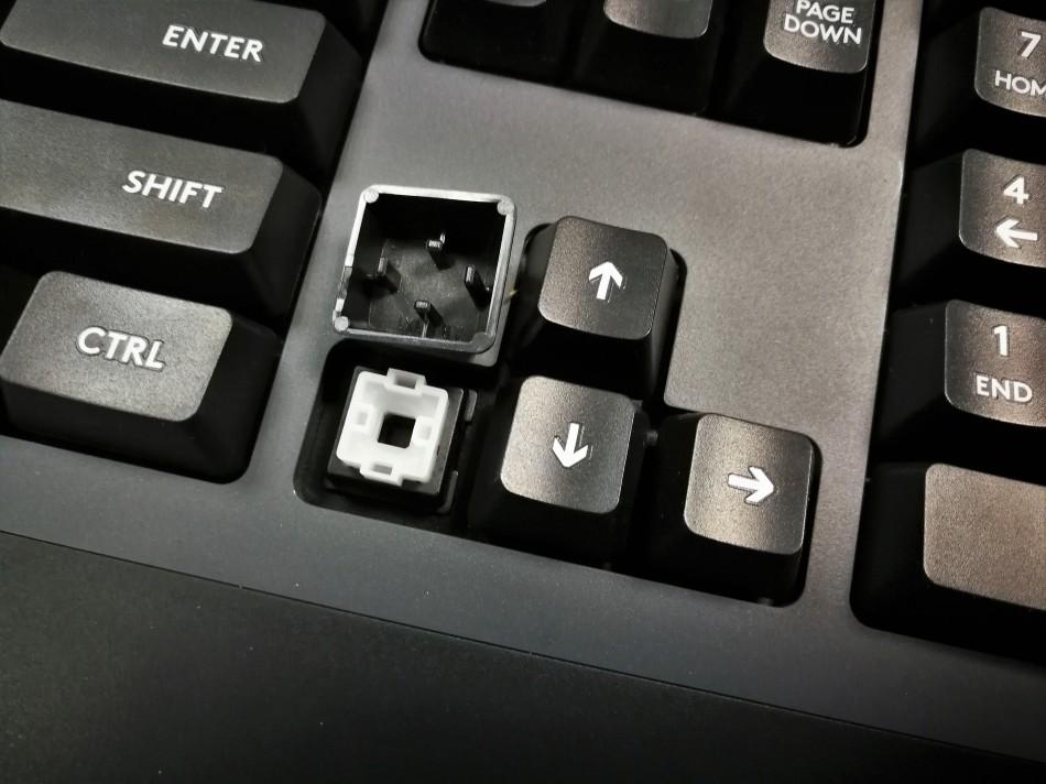ตรงกลางด้านบนจะเป็นสามปุ่ม อันแรกเป็น Game Mode ใช้การเลื่อนเอา โดยที่ถ้าเลื่อนมาเปิด (เห็นสีฟ้า) จะเป็นการเกิด Game Mode เบื้องต้นจะ Lock แค่ปุ่ม Windows แต่เราสามารถเซ็ทปุ่มที่ล็อคไว้ได้เพิ่มเติมผ่าน Software Logitech Gaming Software (LGS) ครับ